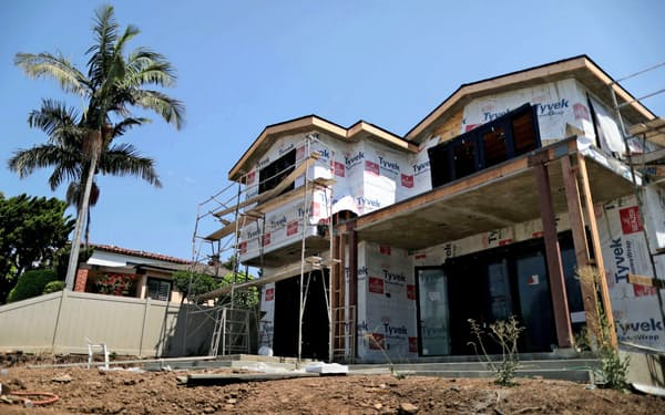 コロナ禍で急減した米住宅着工件数が持ち直し始めた(ロサンゼルスの建設現場)=ロイター