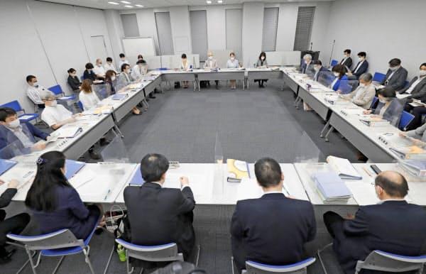 東京都内で開かれた中央最低賃金審議会=22日午後