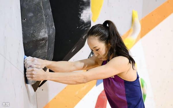 実家に完成した壁で練習するスポーツクライミング女子の野口啓代=共同