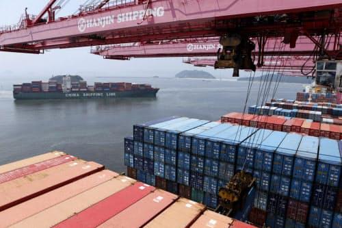 輸出のうち自動車や石油製品の不振が目立つ(釜山港)=ロイター