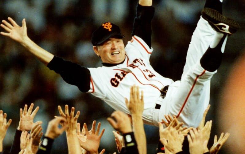 1994年の日本シリーズで優勝を決め、胴上げで宙に舞う巨人・長嶋監督