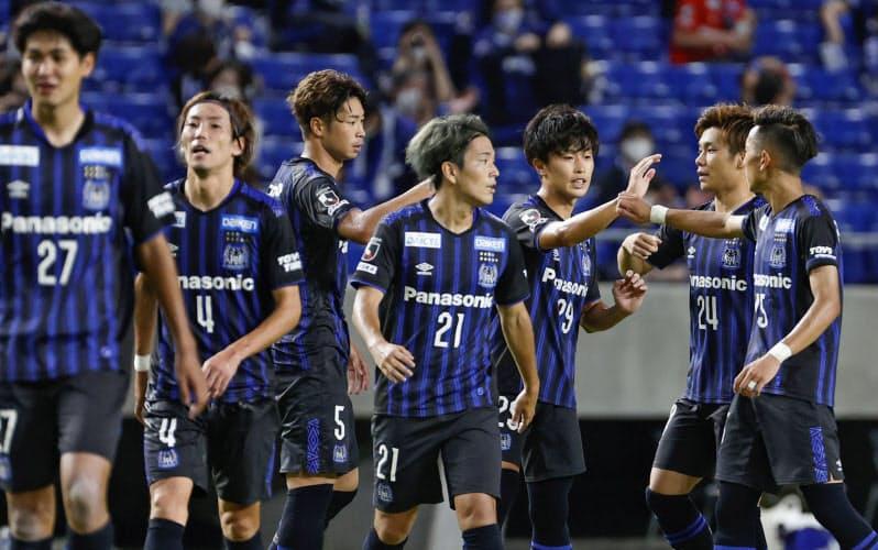 Jリーグのクラブが「パナソニック・ガンバ大阪」といったように企業名を呼称に入れても、これまでの親会社の実績を考慮すれば怒る人は少ないのではないか=共同