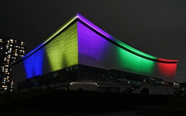 東京五輪まで1年となり、五輪カラーにライトアップされた有明アリーナ(7月23日、東京都江東区)