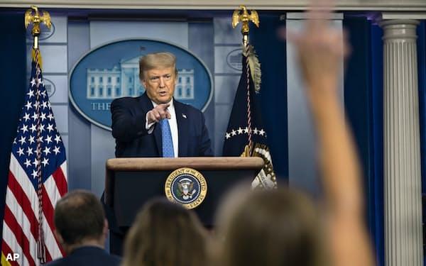 22日、記者会見するトランプ米大統領=AP
