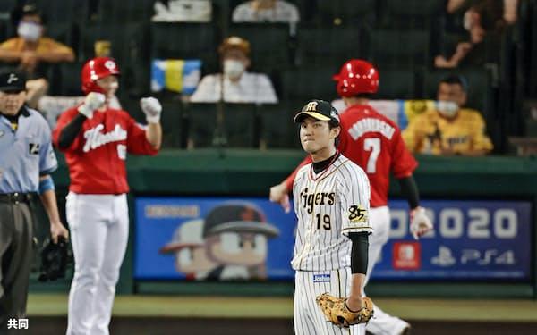 六回、広島・ピレラ(手前)に逆転満塁本塁打を浴びた阪神・藤浪=共同