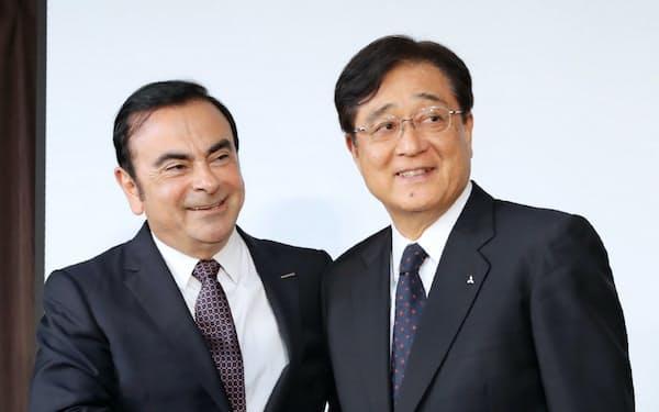 三菱自動車の会長も兼務したカルロス・ゴーン被告(左)と三菱自の益子修・現会長(2016年の日産自動車による出資会見)
