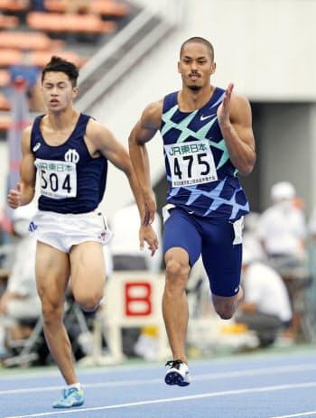 男子100メートル決勝 力走するケンブリッジ飛鳥(右)。10秒22で優勝した(24日、駒沢陸上競技場)=共同