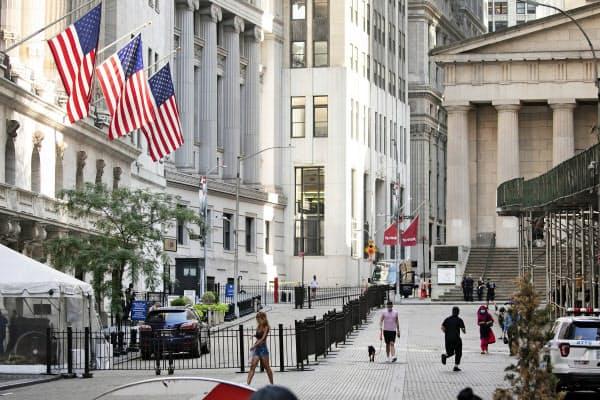 ニューヨーク証券取引所の前も人通りが少ない=AP