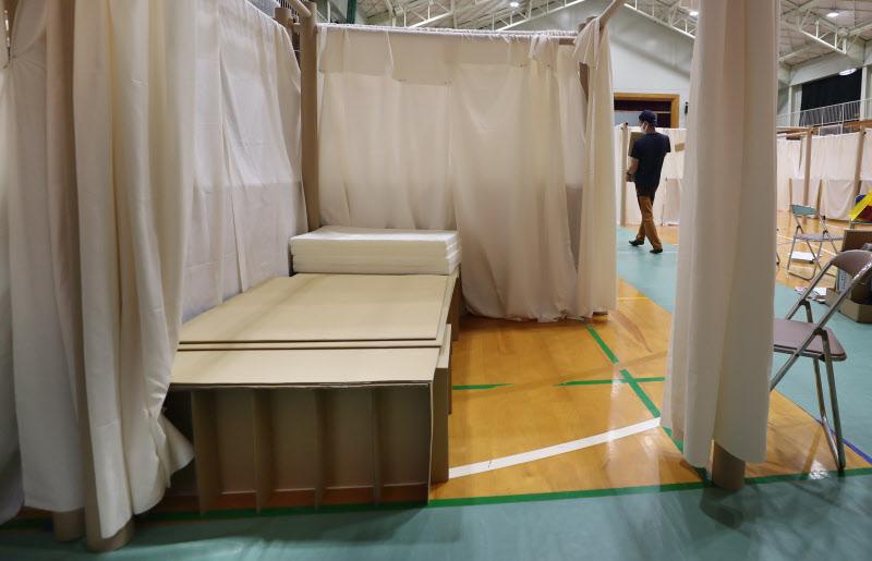 段ボールベッドが設置された避難所(11日、熊本県人吉市)