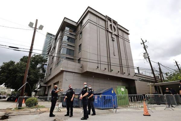 閉鎖された中国総領事館(24日、ヒューストン)=AP
