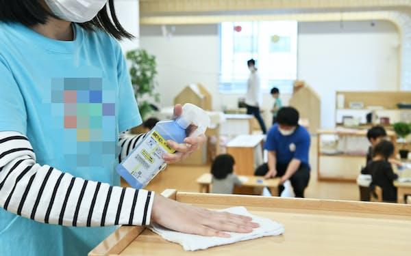消毒作業など、保育士の負担が高まっている(東京都内)=一部画像処理しています