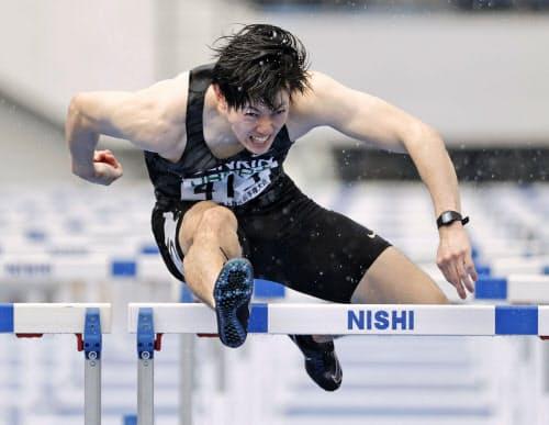 男子110メートル障害決勝 13秒54の大会新で優勝した高山峻野(25日、駒沢陸上競技場)=共同