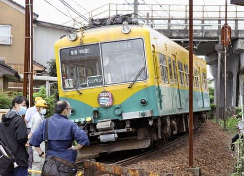 脱線した富山地方鉄道の電車(26日午前、富山市)=共同
