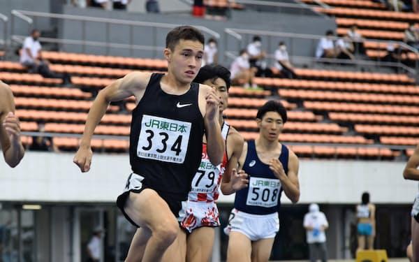 陸上の東京選手権男子800メートルで優勝したクレイ・アーロン竜波(左)