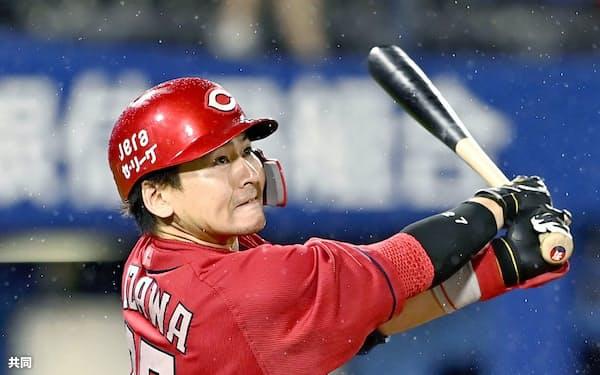 9回広島1死満塁、右越えに2打席連続となる本塁打を放つ会沢(26日、横浜)=共同