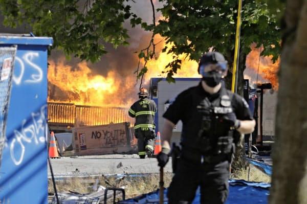 25日、米西部ワシントン州シアトルでの抗議デモでは少年拘置所の建設現場に放火するなど一部が暴徒化した=AP