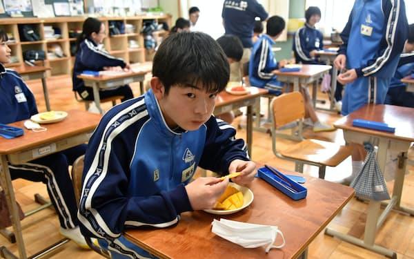笠間市は台南市から贈呈されたアップルマンゴーを中学校で提供した