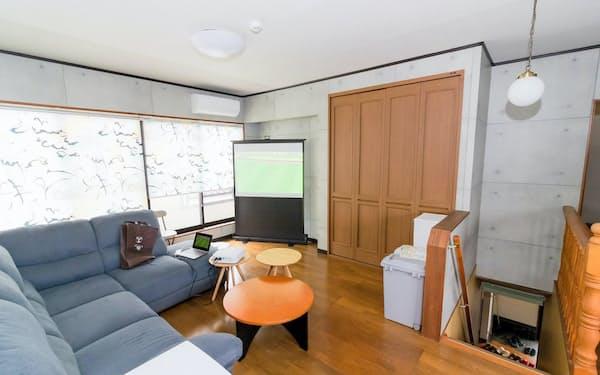 民泊施設2階の談話室ではサッカーなどを観戦できる