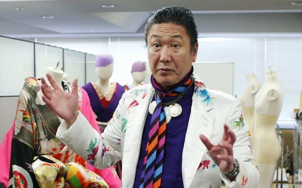 個展の準備をする山本寛斎さん(2008年4月、東京都内)