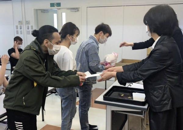 丸の内ビジネス専門学校(長野県松本市)は困窮する留学生に現金や食料品などを配布した(5月)=同校提供