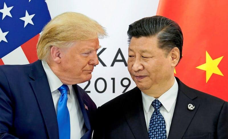 トランプ米大統領(左)と中国の習近平国家主席=2019年6月、大阪市(ロイター=共同)