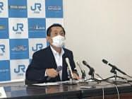 記者会見するJR四国の西牧社長(高松市)