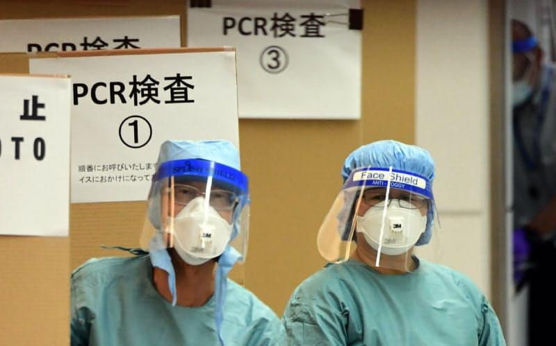 日本が再入国制限を一律に緩和しないのはPCR検査の拡充が遅れていることが大きい(成田空港の検疫所で待機する医療従事者)