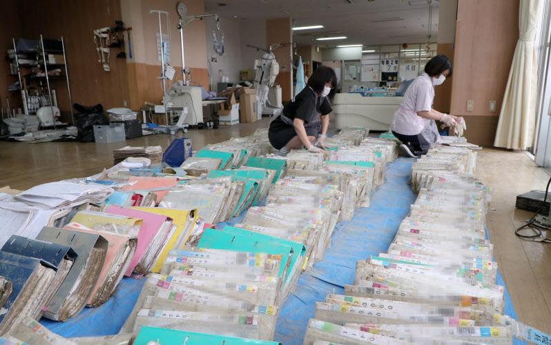 浸水被害を受けた球磨病院で乾かすために集められたカルテ(10日、熊本県人吉市)=一部画像処理しています