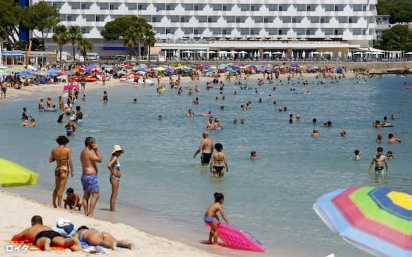 英国はスペインからの入国者に2週間の隔離措置を課すことを決めた(26日、マヨルカ島)=ロイター