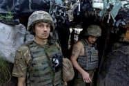 親ロシア派武装勢力との紛争が続くウクライナ東部で任務にあたる同国軍(26日、ルガンスク州)=ウクライナ国防省提供・ロイター