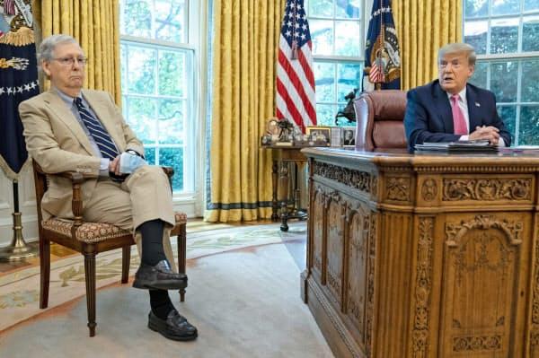 マコネル院内総務(左)とトランプ大統領(20日)=AP