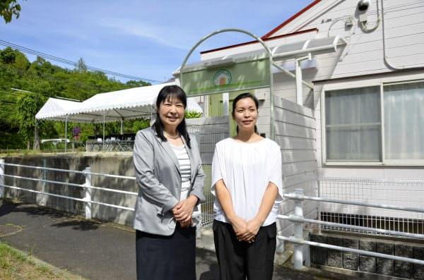行き場のない妊婦のための滞在施設を建設するマナ助産院の永原郁子院長(左)=6月、神戸市北区(共同)