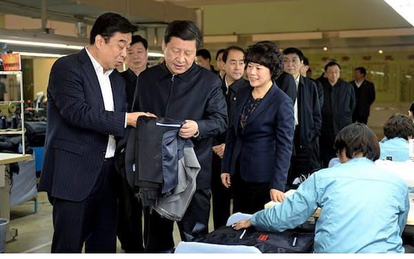 山東如意科技集団を視察する習近平国家主席(左から2人目)に説明する邱亜夫董事長(左)=中国の国家市場監督管理総局が主管する中国消費網から