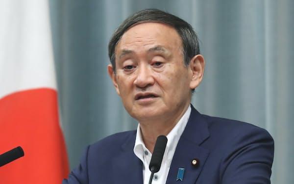 記者会見する菅官房長官(28日午前、首相官邸)
