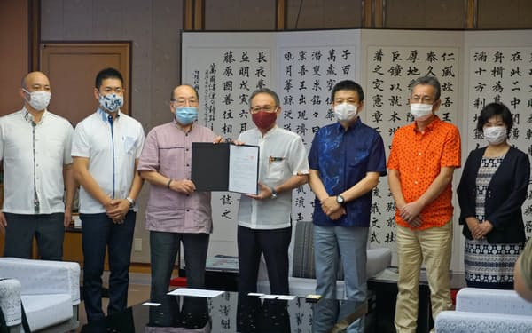 玉城知事に要請する加藤代表(左から2人目)と森岡CEO(右から3人目)ら(27日、沖縄県庁)