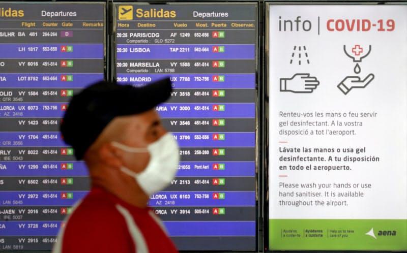 スペイン・バルセロナのエル・プラット空港には新型コロナウイルス対策が書かれた看板が掲げられている=ロイター