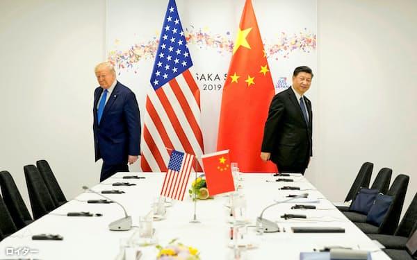 G20大阪サミットに合わせて開かれた首脳会談に出席する、米国のトランプ大統領(左)と中国の習近平国家主席(2019年6月29日、大阪市)=ロイター