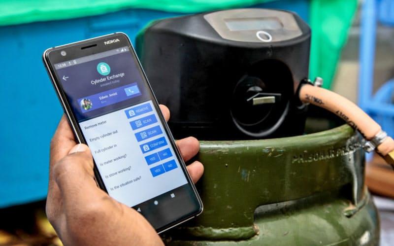 LPガスのボンベに取り付けた専用装置。スマホで注文した量だけ使えるようシリンダーで制御する