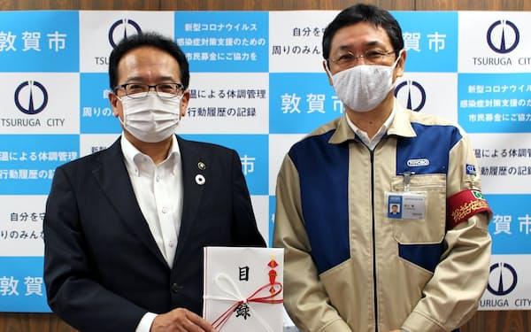 東洋紡は事業所を置く福井県敦賀市にマスクと防護服を寄贈した