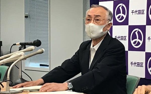 記者会見をする千代田区の石川雅己区長(28日)