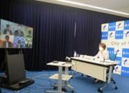 林文子市長(右)らが新型コロナ対策についてテレビ会談した(28日、横浜市)