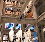UNIQLO TOKYOは6月に開業した新旗艦店だ(内部の吹き抜け部)