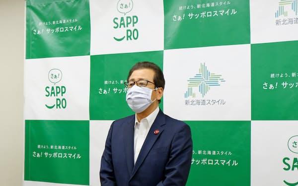 札幌市の感染症対策本部会議後、取材に応じる秋元克広市長(28日、札幌市)