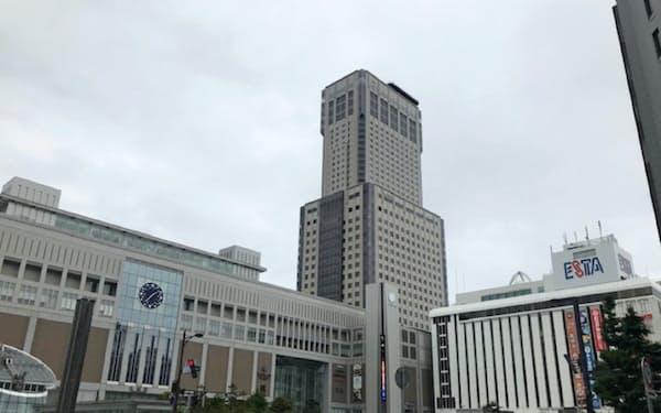 現在のJRタワー(中央)より高いビルの建設構想が浮上している(札幌駅前)