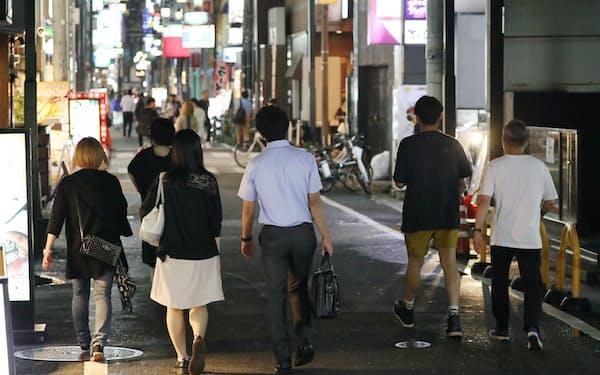 ミナミの繁華街を行き交う人たち(28日、大阪市中央区)