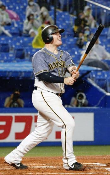 2回阪神2死、ボーアが右越えに満塁本塁打を放つ(神宮)=共同