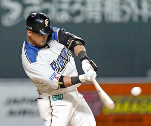 7回日本ハム2死一、二塁、中田が左越えにこの試合2本目の本塁打となる3ランを放つ(札幌ドーム)=共同