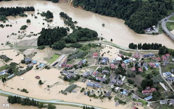 最上川(上)の氾濫で冠水した山形県村山市の住宅地(29日午前)=共同