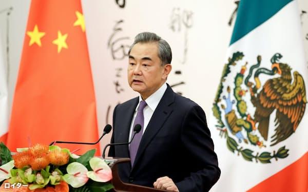 北京市で記者会見する中国の王毅外相(2019年7月2日)=ロイター