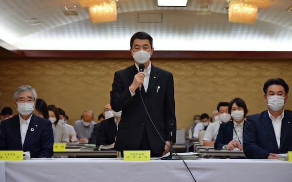 最終会合には村井知事(中)と須田町長(右)、亀山市長(左)も参加した(29日、仙台市)
